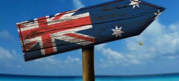 Panneau sur une plage avec drapeau de l'Australie
