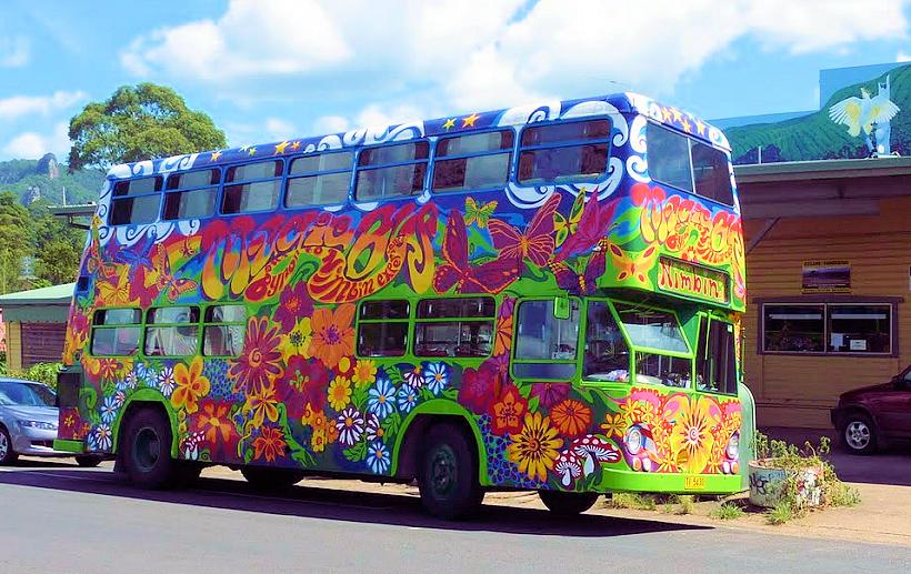 Bus de ville australien coloré avec des dessins