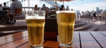 Deux verres de bières sur une table en bois
