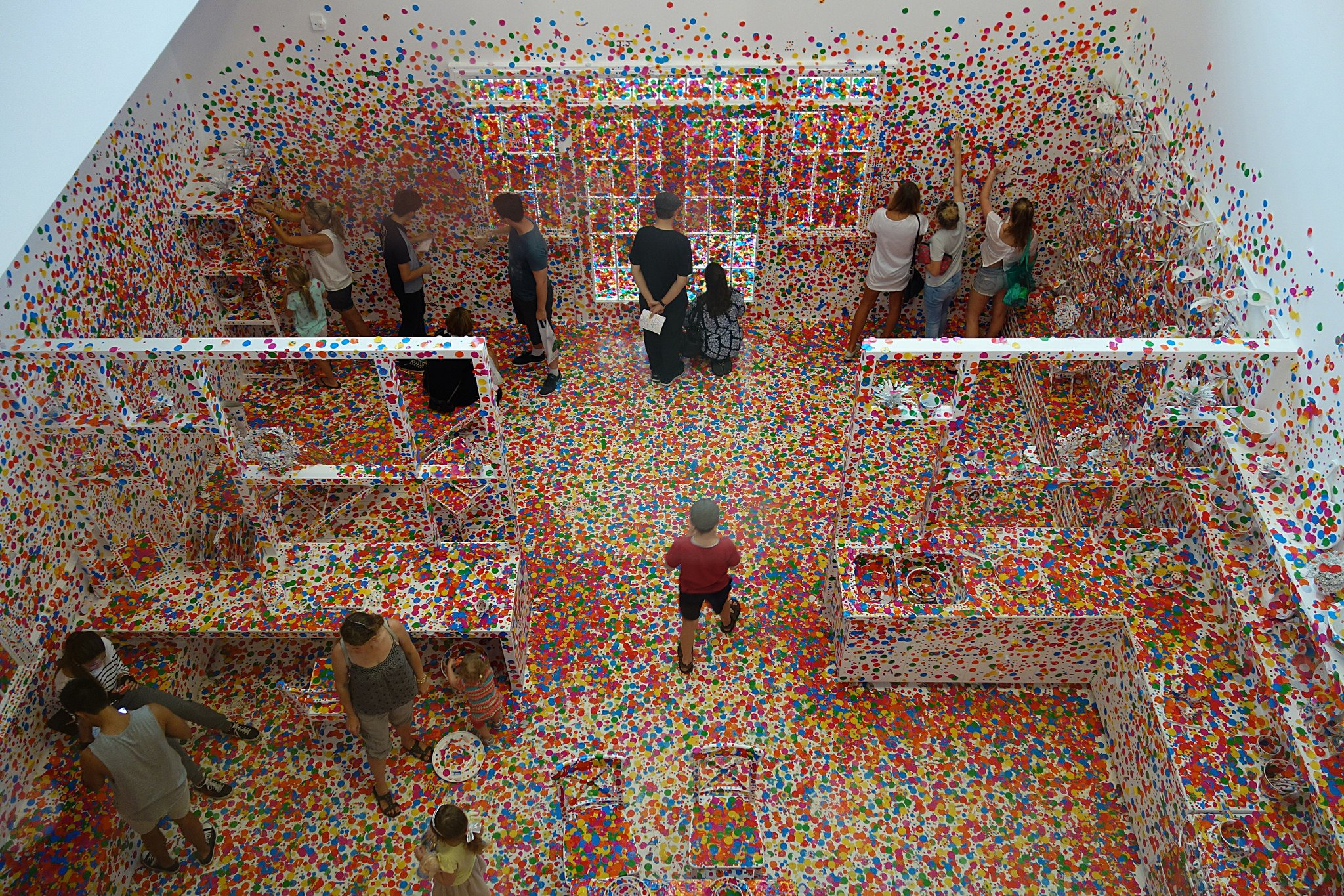 Yayoi Kusama's Obliteration Room Photo : Interestdbystandr / flickr
