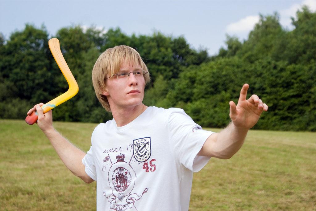 Un homme joue au boomerang