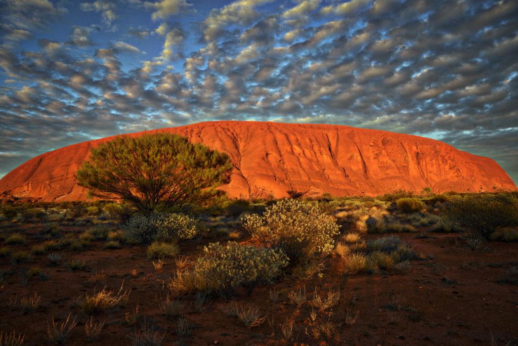 Falaises rocheuses dans un paysage désertique
