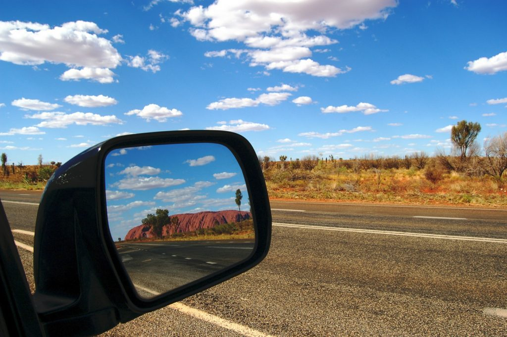 Relfet dans un rétroviseur sur la route Stuart Highway en Australie