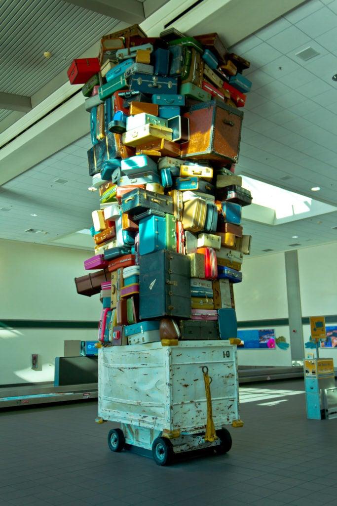 Une caisse d'aéroport remplie de valises
