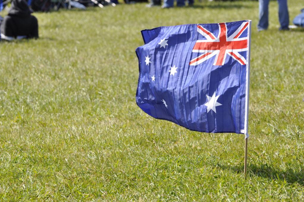 Drapeau de l'Australie planté dans l'herbe