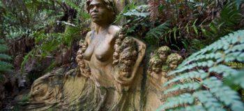 Statue d'une femme nue entourée de plantes en Australie