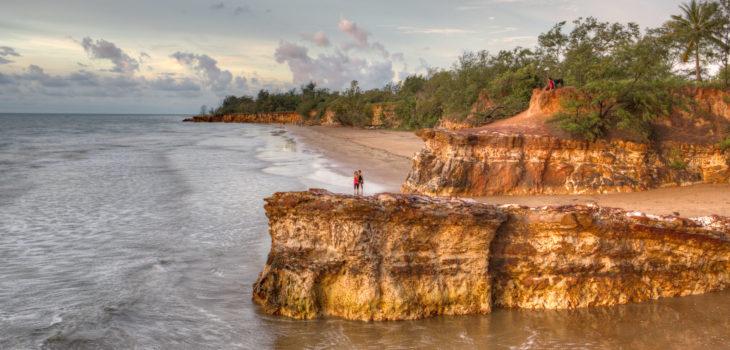 Une plage et une falaise à Darwin en Australie